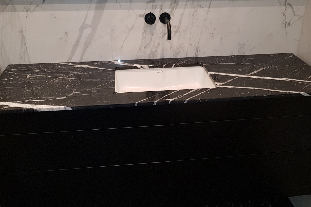Nero Marquina svart marmor badrum
